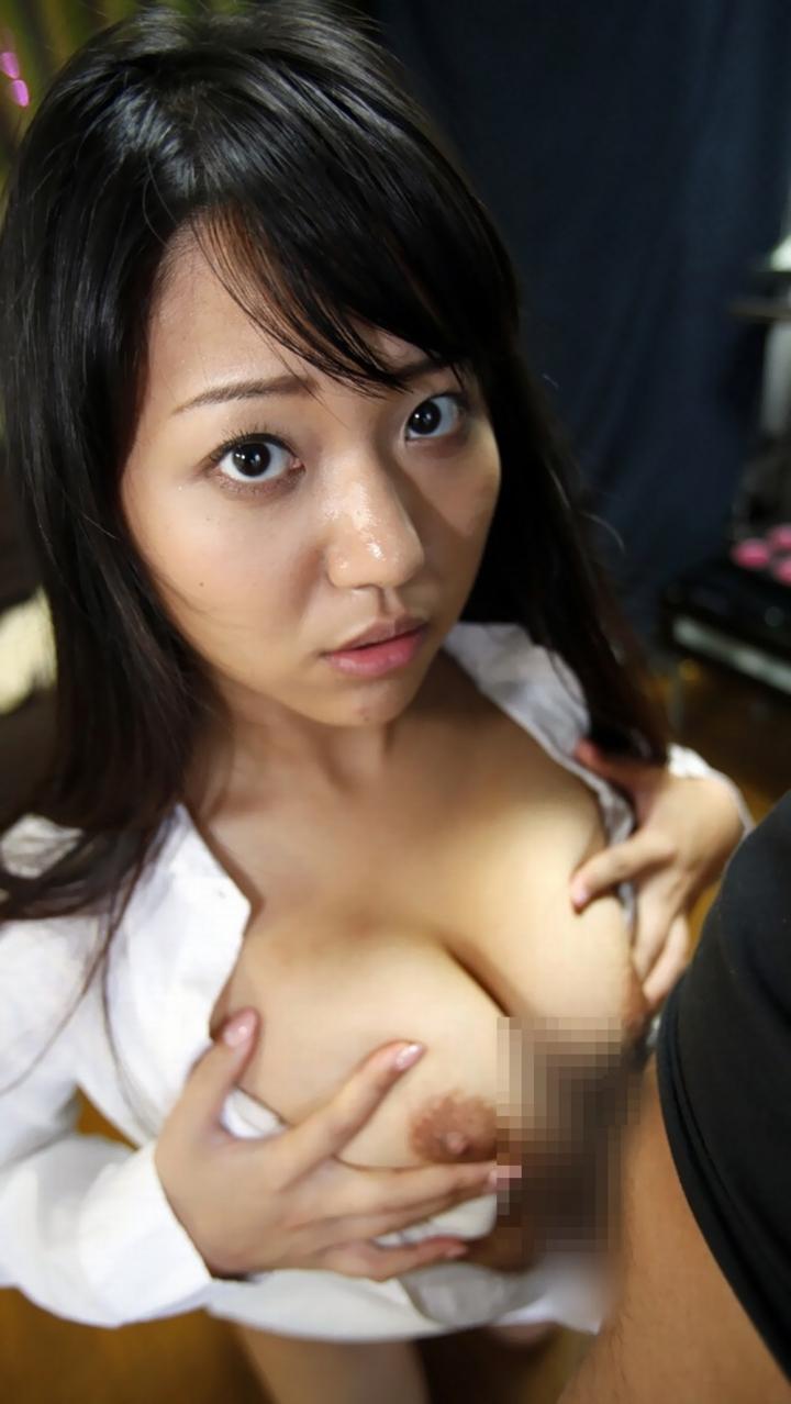 【パイズリエロ画像】挟まれながら乳首も見えているのが最高の状態!見るだけで抜ける巨乳パイズリ画像  13