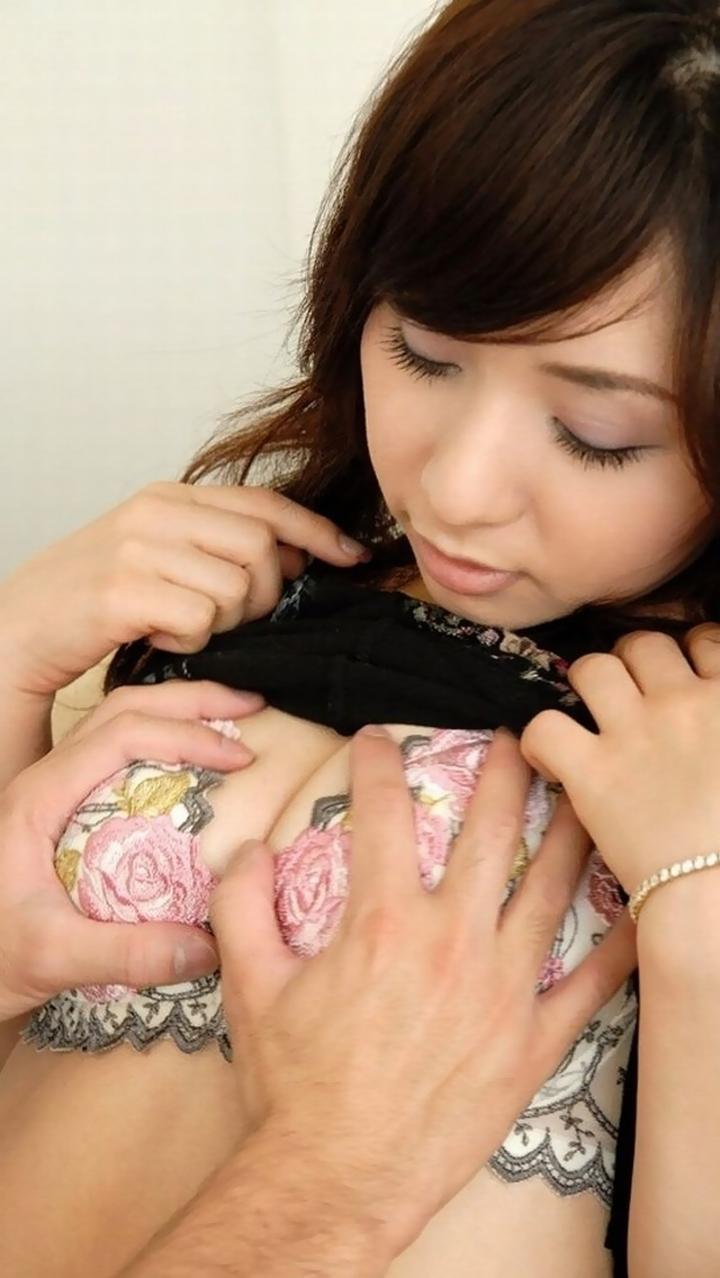 【乳揉みエロ画像】直接触ってと言わせるまでw着衣の上からおっぱい揉まれる女たち  09
