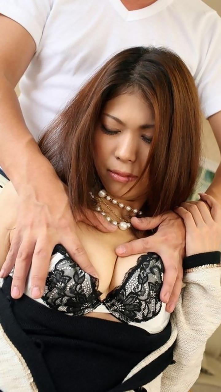 【乳揉みエロ画像】直接触ってと言わせるまでw着衣の上からおっぱい揉まれる女たち  14