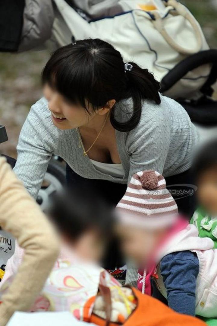 【胸チラエロ画像】ギャルもママさんも、油断してたらこうやって…隙だらけの胸チラ激写!  01