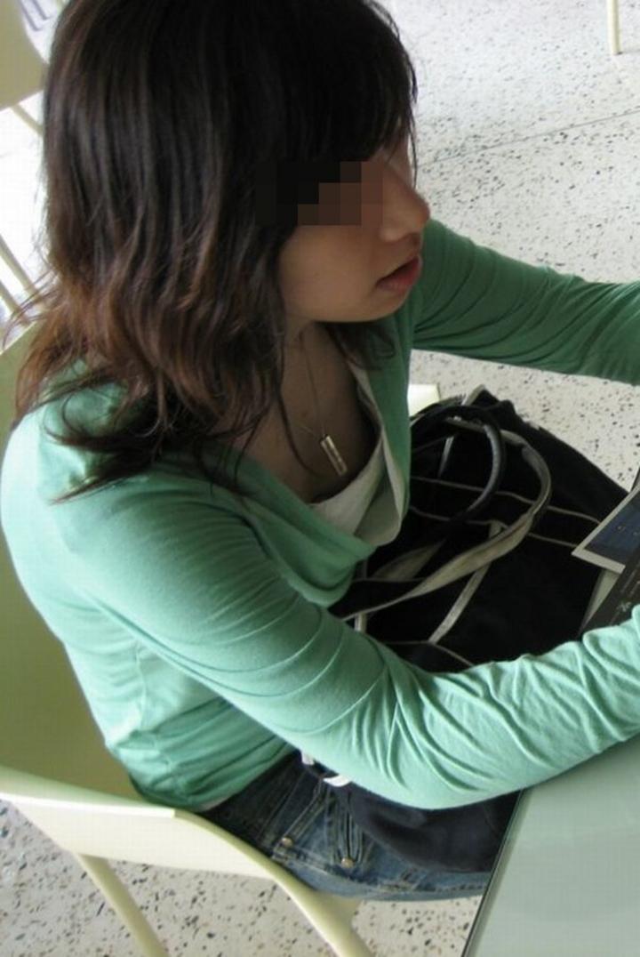 【胸チラエロ画像】ギャルもママさんも、油断してたらこうやって…隙だらけの胸チラ激写!  02