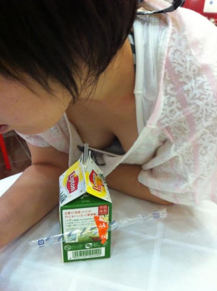 【胸チラエロ画像】ギャルもママさんも、油断してたらこうやって…隙だらけの胸チラ激写!  04