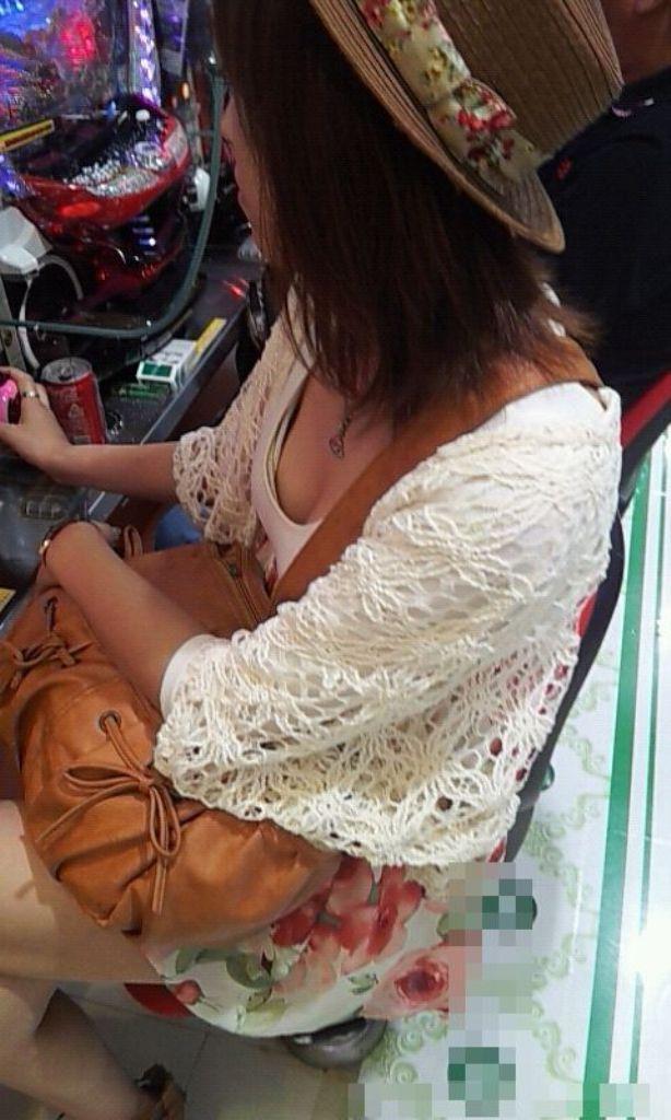 【胸チラエロ画像】ギャルもママさんも、油断してたらこうやって…隙だらけの胸チラ激写!  08