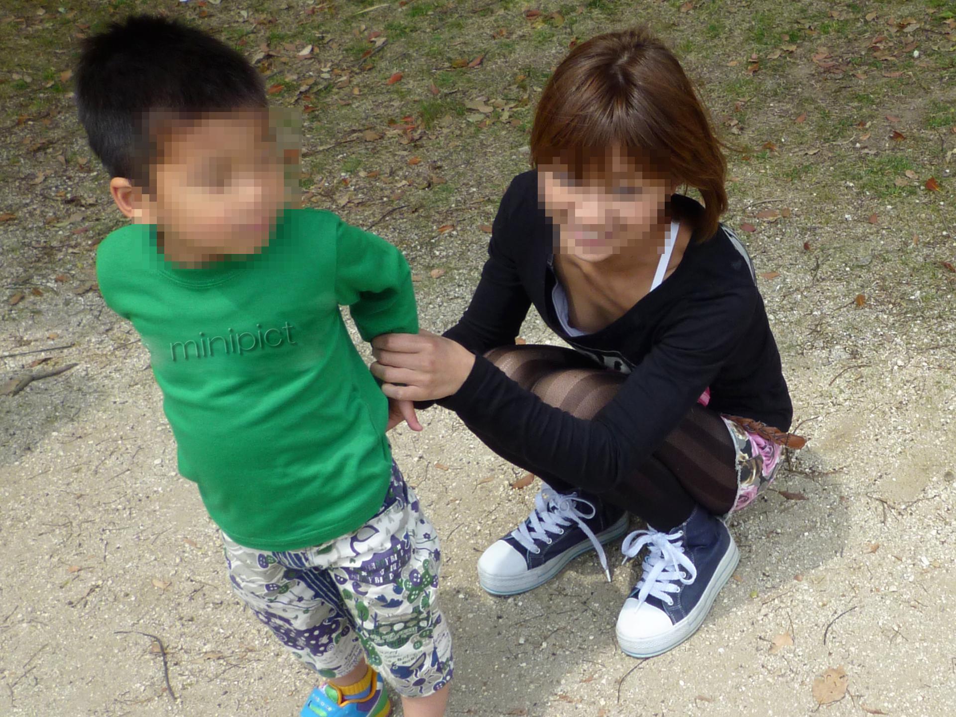 【胸チラエロ画像】ギャルもママさんも、油断してたらこうやって…隙だらけの胸チラ激写!  14