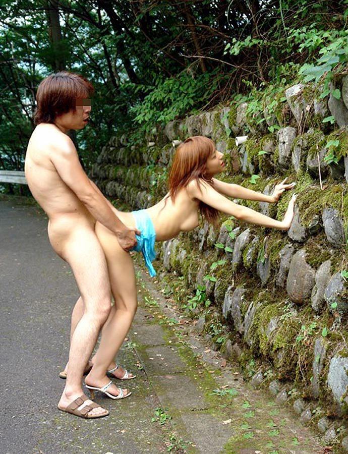 【露出エロ画像】盛り過ぎて野外で結合www変態カップル達の生々しい青姦画像  04