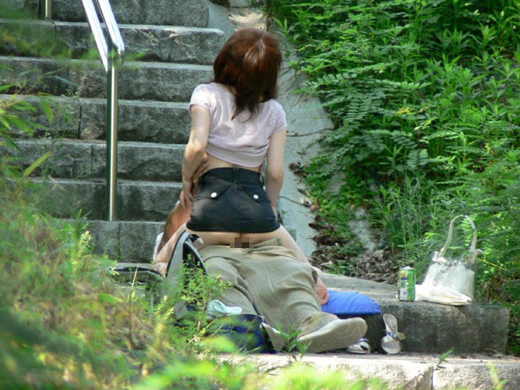 【露出エロ画像】盛り過ぎて野外で結合www変態カップル達の生々しい青姦画像  10