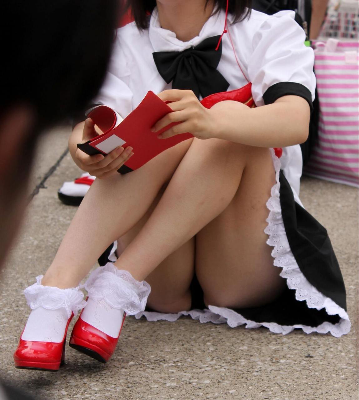 【コスプレエロ画像】パンツ無いから問題ないらしくてもやはり卑猥でしかないコスプレイヤーのパンモロwww  03