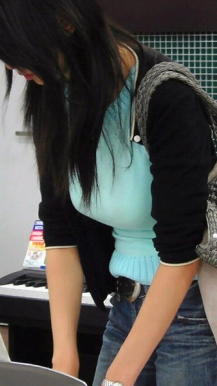 【街撮り巨乳エロ画像】隠したくても無理すぎるwww暑くなってきたら増えてきますよ悩ましい着衣巨乳  09
