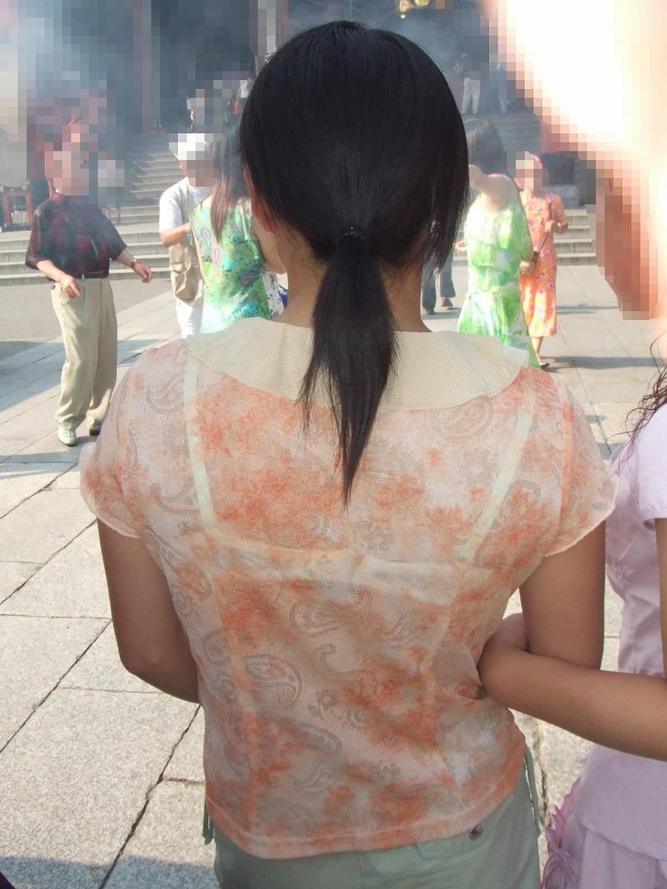 ブラの後ろ 人妻 【透けブラエロ画像】暑くなったらブラ透けまくりww背中だけでなく