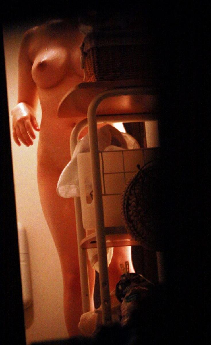 【家庭内エロ画像】自部屋とはいえ余りに無防備でいるから身内に流出させられた家庭内の恥部www  08