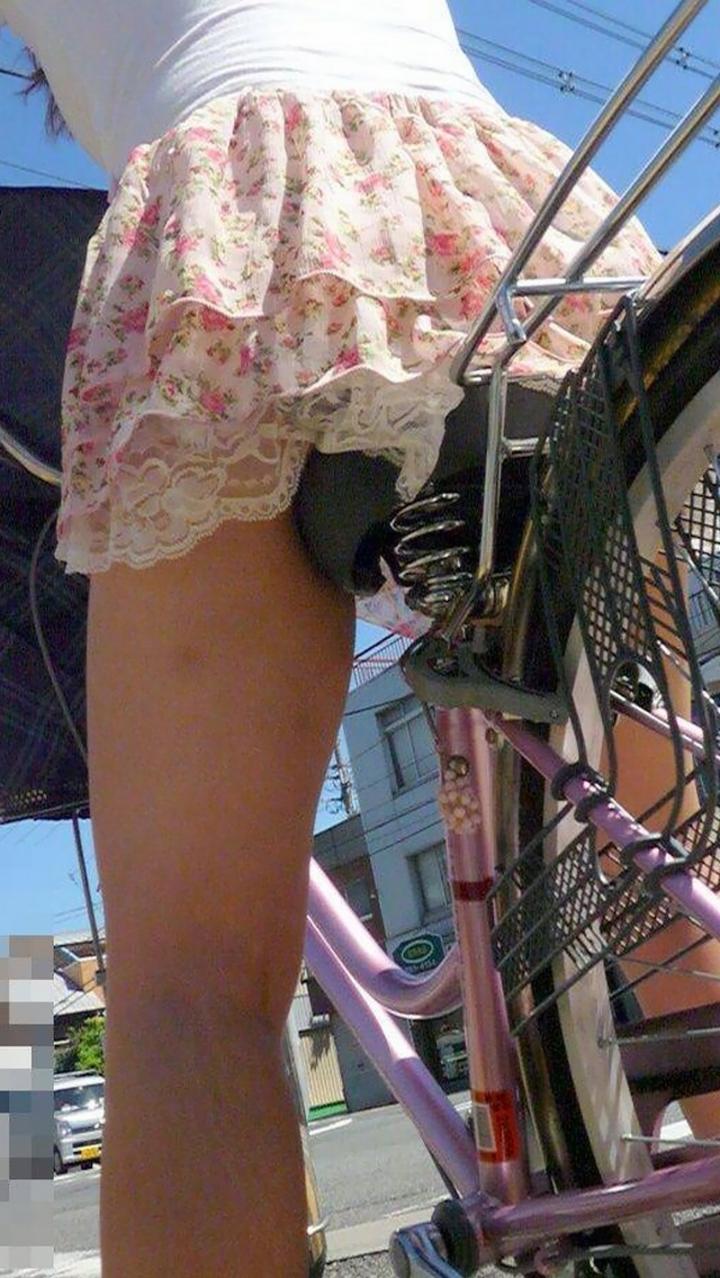 【パンチラ画像】暑苦しいからミニスカで自転車乗って迂闊なパンチラさんが急増中www  01