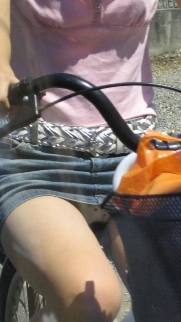 【パンチラ画像】暑苦しいからミニスカで自転車乗って迂闊なパンチラさんが急増中www  02