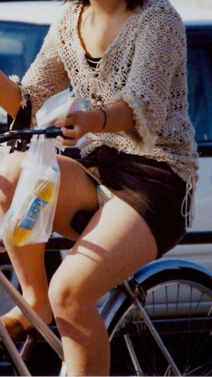 【パンチラ画像】暑苦しいからミニスカで自転車乗って迂闊なパンチラさんが急増中www  03