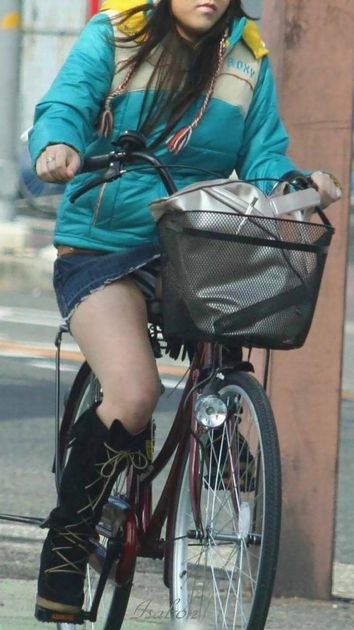 【パンチラ画像】暑苦しいからミニスカで自転車乗って迂闊なパンチラさんが急増中www  04