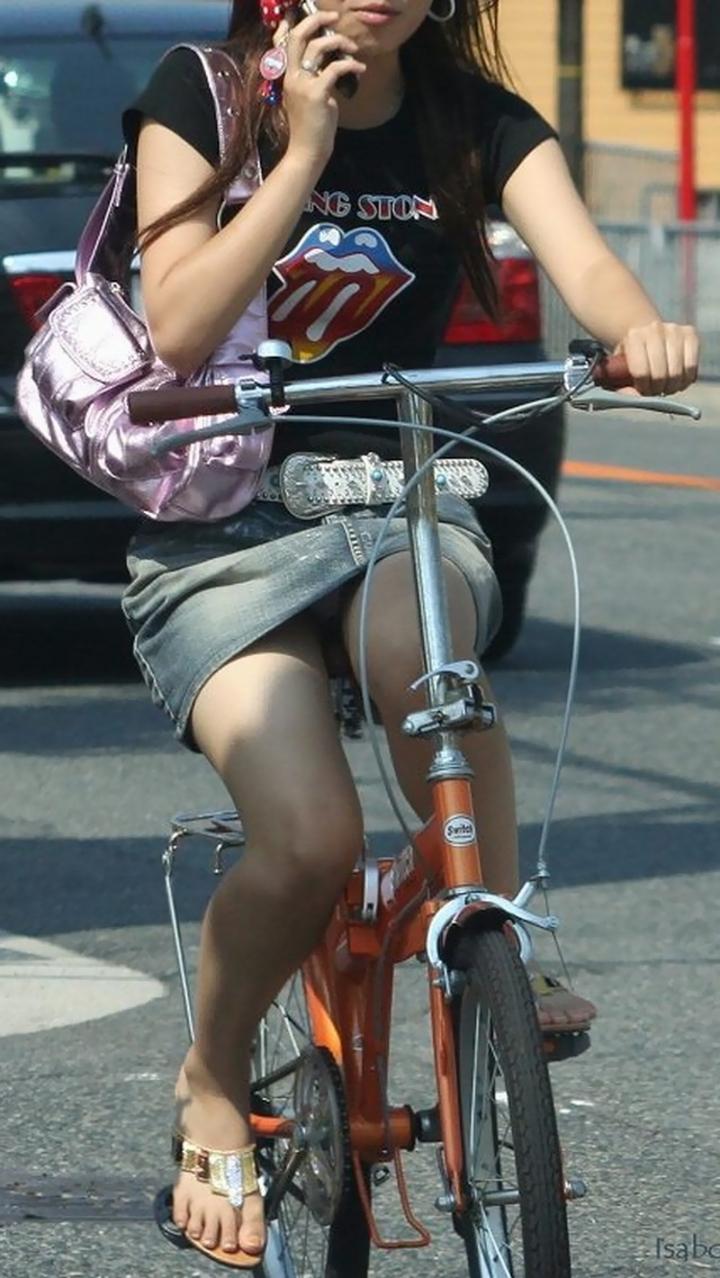 【パンチラ画像】暑苦しいからミニスカで自転車乗って迂闊なパンチラさんが急増中www  06