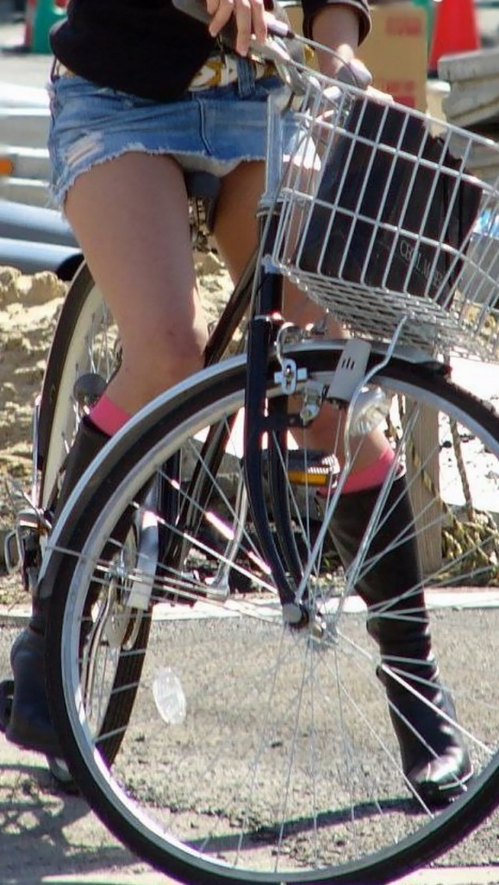 【パンチラ画像】暑苦しいからミニスカで自転車乗って迂闊なパンチラさんが急増中www  07