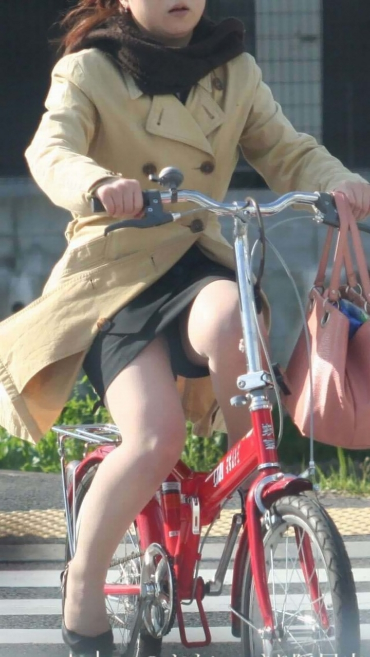 【パンチラ画像】暑苦しいからミニスカで自転車乗って迂闊なパンチラさんが急増中www  08