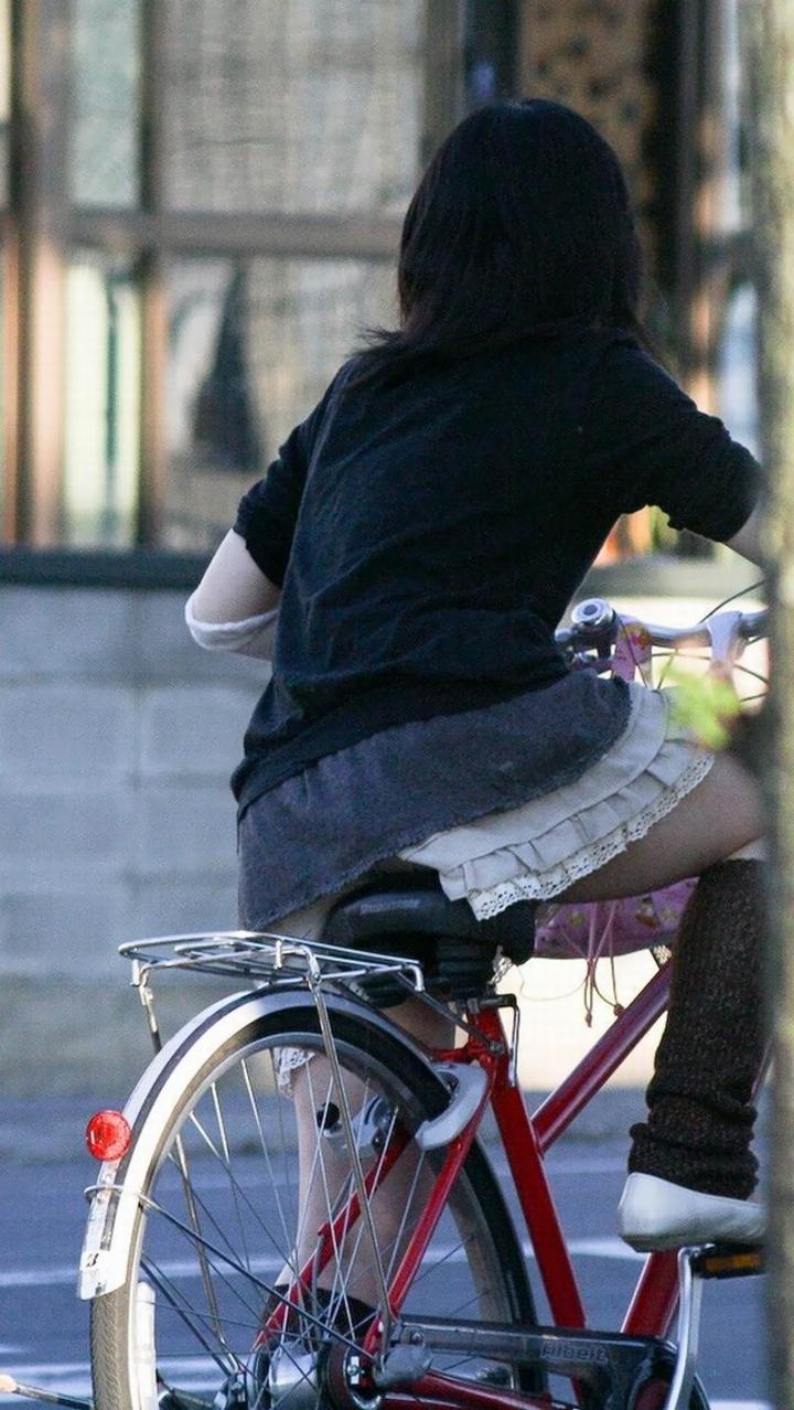 【パンチラ画像】暑苦しいからミニスカで自転車乗って迂闊なパンチラさんが急増中www  10