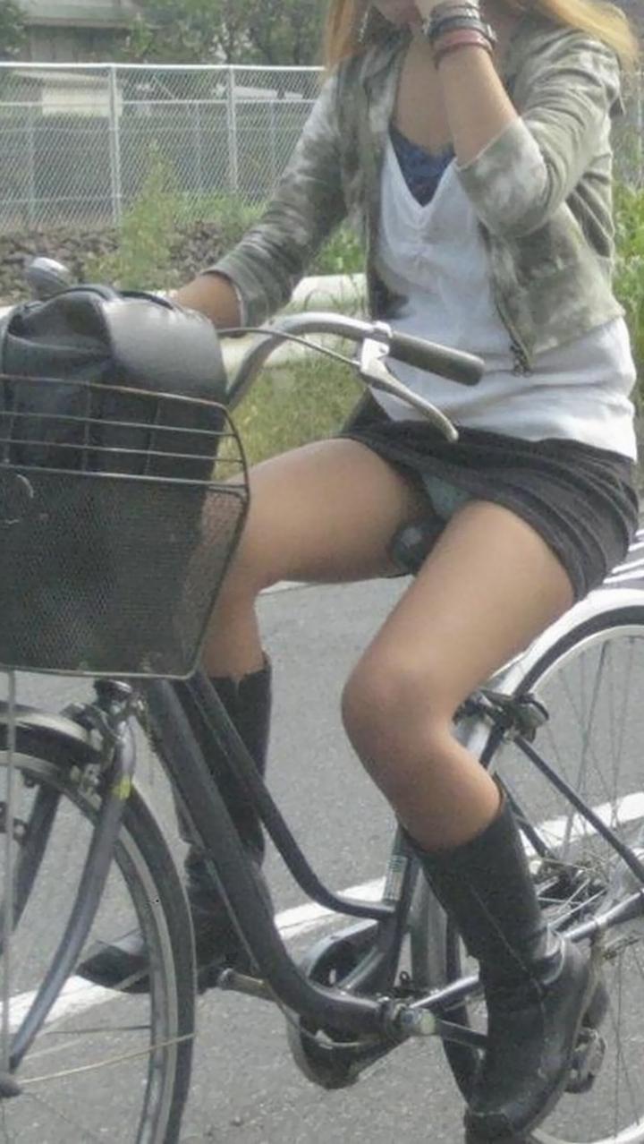 【パンチラ画像】暑苦しいからミニスカで自転車乗って迂闊なパンチラさんが急増中www  15
