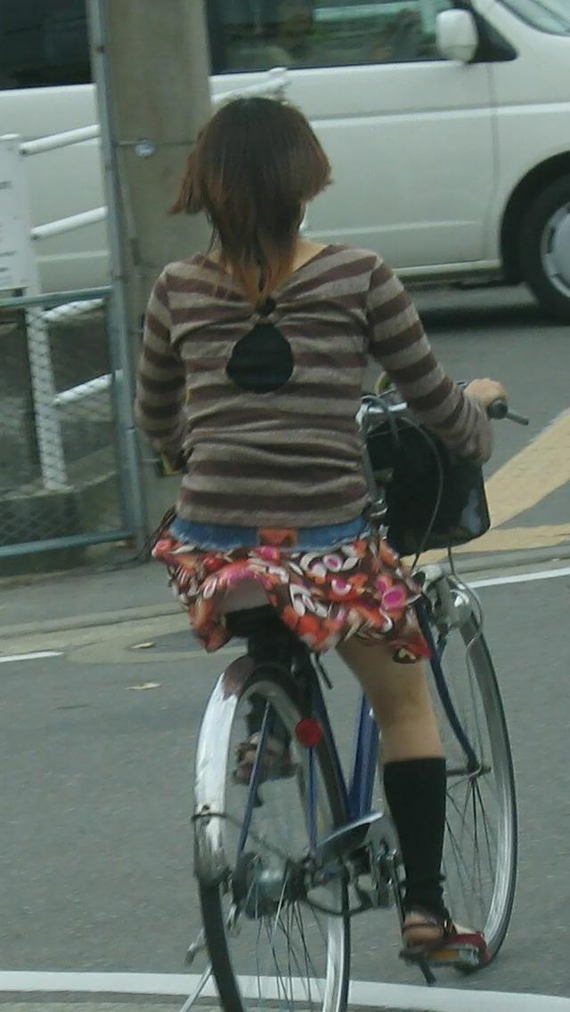 【パンチラ画像】暑苦しいからミニスカで自転車乗って迂闊なパンチラさんが急増中www  16