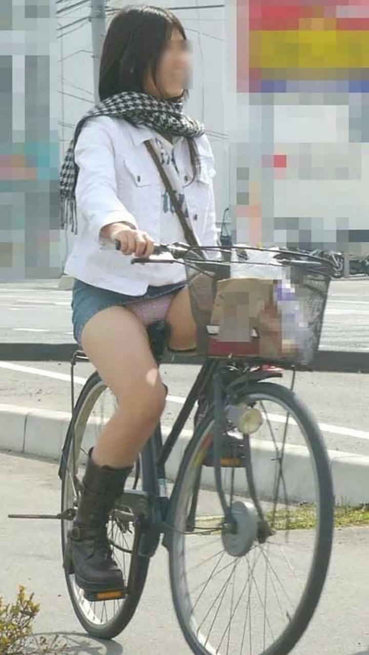 【パンチラ画像】暑苦しいからミニスカで自転車乗って迂闊なパンチラさんが急増中www  17