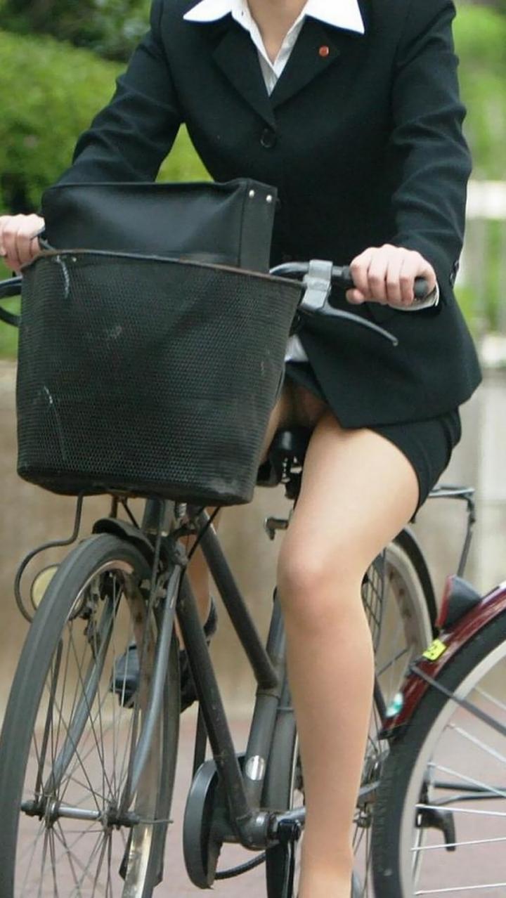【パンチラ画像】暑苦しいからミニスカで自転車乗って迂闊なパンチラさんが急増中www  18