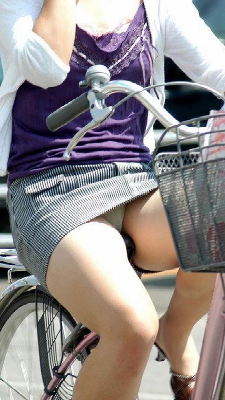 【パンチラ画像】暑苦しいからミニスカで自転車乗って迂闊なパンチラさんが急増中www  19