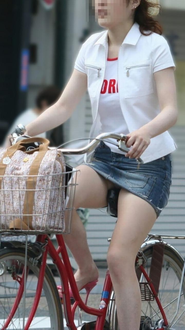 【パンチラ画像】暑苦しいからミニスカで自転車乗って迂闊なパンチラさんが急増中www  20