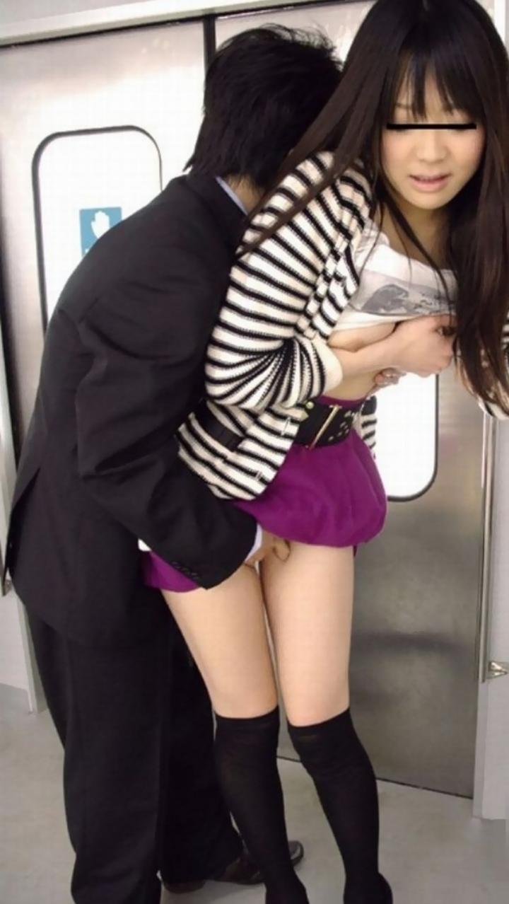 【痴漢エロ画像】本当にヤッちゃダメだから画像で満足してw電車で痴漢される女子達  14