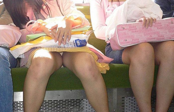 【パンチラエロ画像】ミニスカ女性が座っていたら密かに対面争奪wだってパンチラ見放題だからwww  001