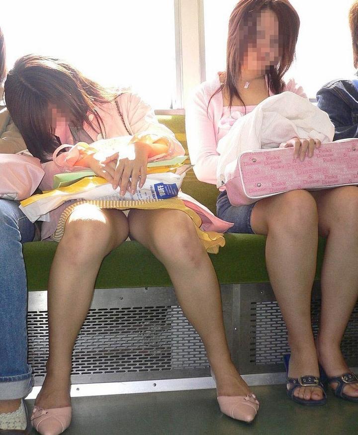 【パンチラエロ画像】ミニスカ女性が座っていたら密かに対面争奪wだってパンチラ見放題だからwww  07