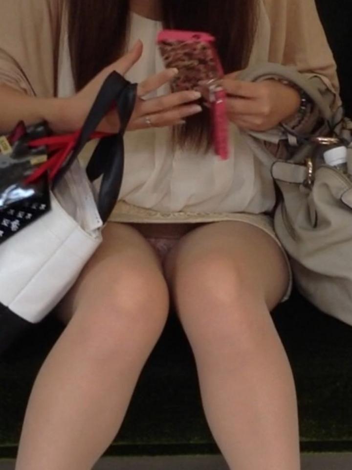 【パンチラエロ画像】ミニスカ女性が座っていたら密かに対面争奪wだってパンチラ見放題だからwww  12