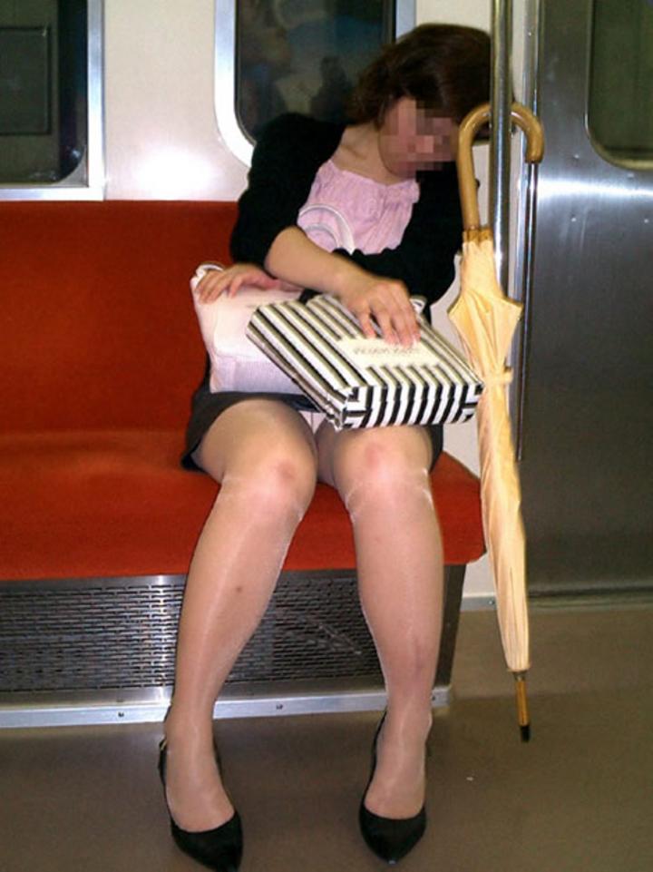 【パンチラエロ画像】ミニスカ女性が座っていたら密かに対面争奪wだってパンチラ見放題だからwww  15