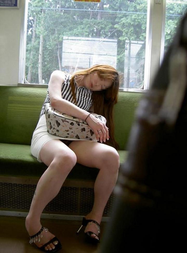 【パンチラエロ画像】ミニスカ女性が座っていたら密かに対面争奪wだってパンチラ見放題だからwww  20