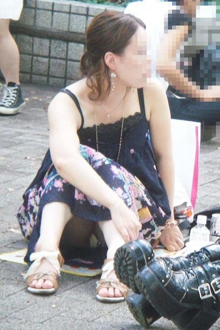 【パンチラエロ画像】あの布のすぐ向こう側が…と考えたら一層興奮を味わえる街角しゃがみパンチラwww  11