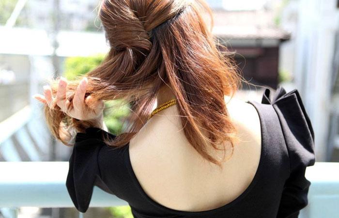 【街撮りエロ画像】薄着が増えるこの時期、真っ先に目を引くのは後ろが大きく開いて丸見えな生の背中っ!  001
