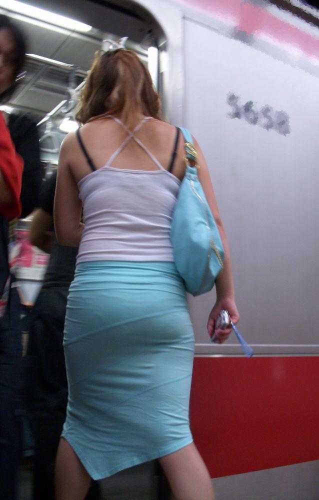 【街撮りエロ画像】薄着が増えるこの時期、真っ先に目を引くのは後ろが大きく開いて丸見えな生の背中っ!  13