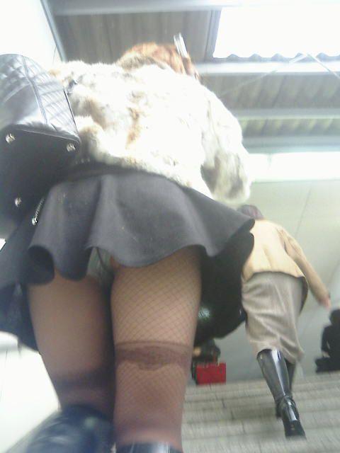 【パンチラエロ画像】靴紐結びなおすフリして…見上げた先に絶品のミニスカパンチラwww  20