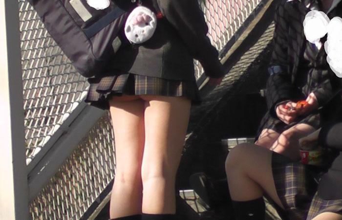 【JKエロ画像】校則違反もパンツ丸見えも上等って感じの超ミニスカJKの極エロチラリズムwww  001