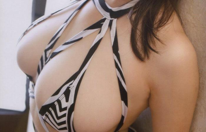 【水着エロ画像】性方面にしか実用性がないw着エロアイドルがよく着てる露出過多な水着  001