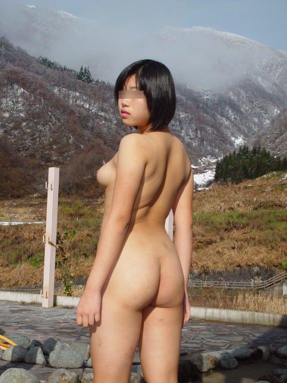 【素人露出エロ画像】ポカポカしてきたこの時期に野外露出で日光浴www危険知らずな変態素人たち  18