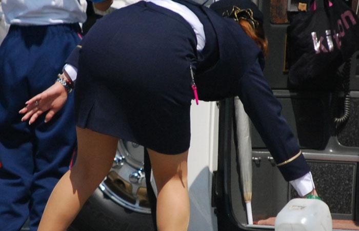 【働く女性エロ画像】タイトスカート美尻で今日も元気に!バスガイドさんのエロさが伝わる画像  001