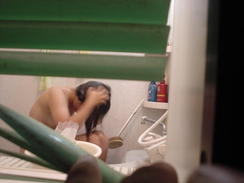 【民家覗きエロ画像】出くわせば幸運www偶々開いてた窓の奥から見えた入浴・脱衣風景  01