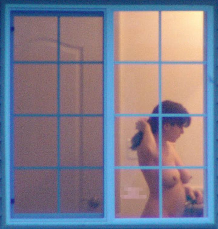 【民家覗きエロ画像】出くわせば幸運www偶々開いてた窓の奥から見えた入浴・脱衣風景  04
