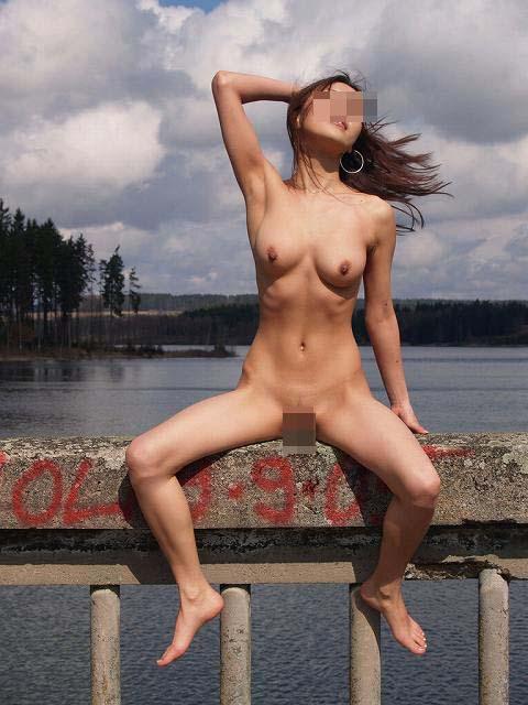 【素人露出エロ画像】露出癖も進めば平気でここまで…変態素人達の恥知らずの野外全裸プレイ  04