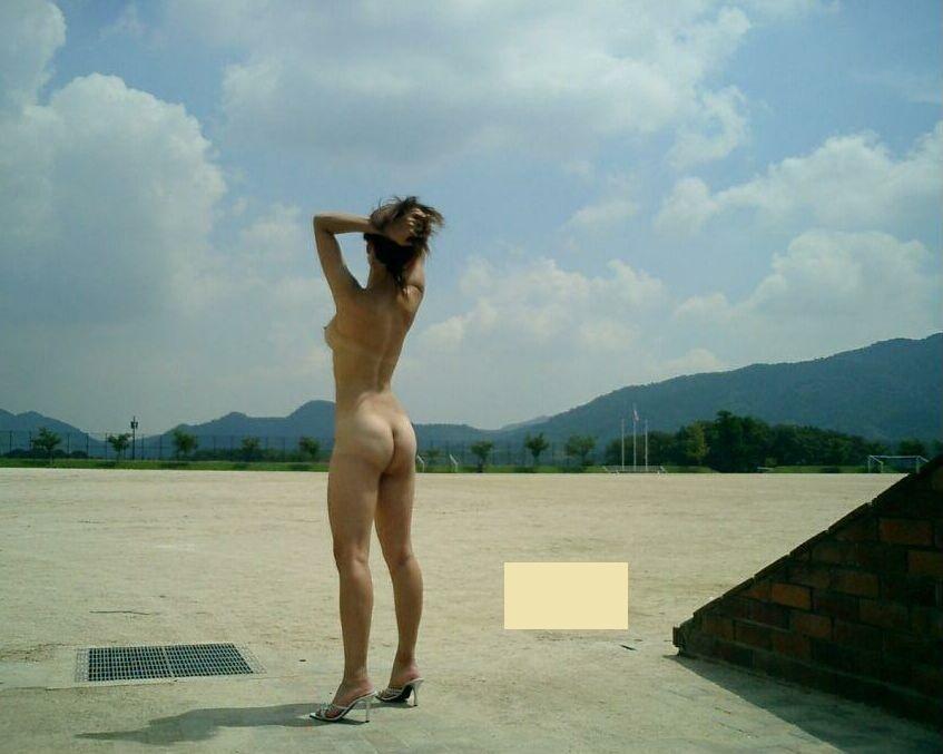 【素人露出エロ画像】露出癖も進めば平気でここまで…変態素人達の恥知らずの野外全裸プレイ  17