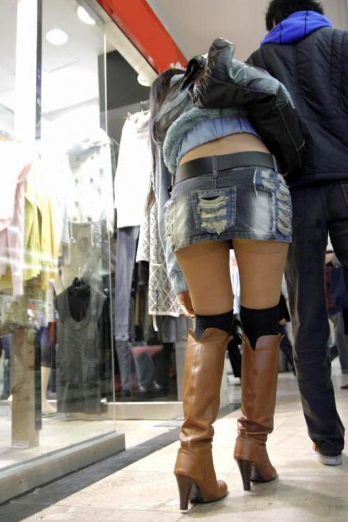 【街撮り美脚エロ画像】視線はずっと下半身wその美脚だけで勃ちそうな素人が増加中www  09