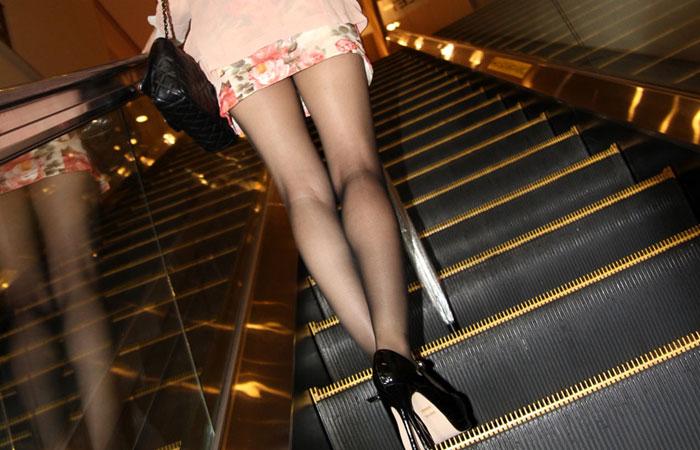 【美脚エロ画像】生脚でなくても十分ですwww大人の女の艶めかしいストッキング美脚  001