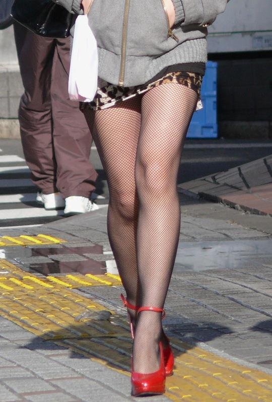 【美脚エロ画像】生脚でなくても十分ですwww大人の女の艶めかしいストッキング美脚  01