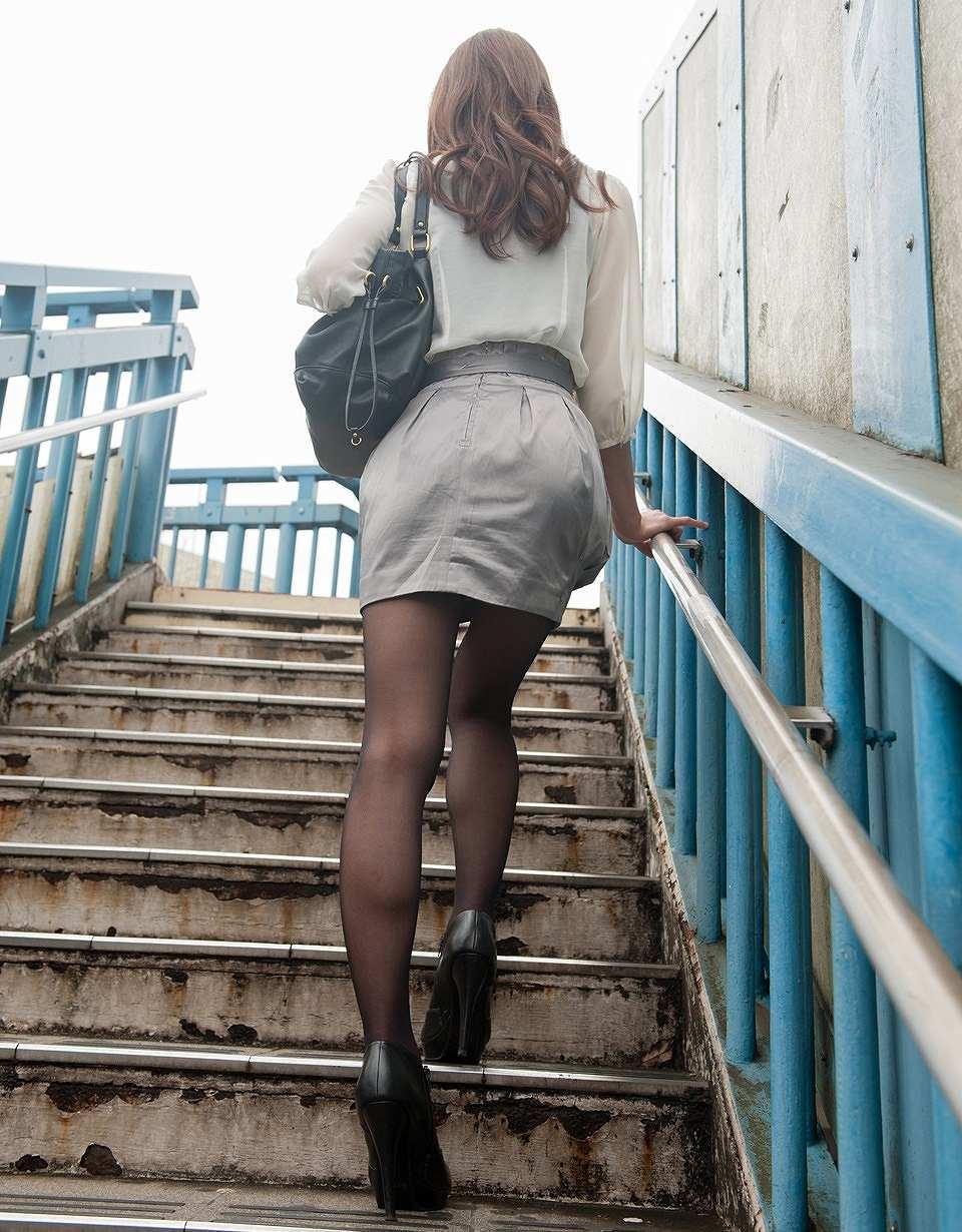 【美脚エロ画像】生脚でなくても十分ですwww大人の女の艶めかしいストッキング美脚  06